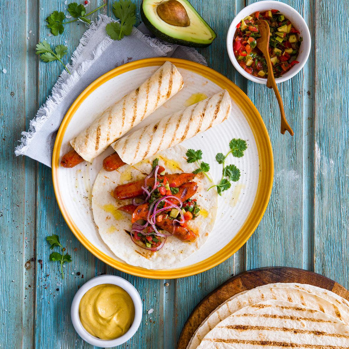 Тортилья с сосиской, овощной сальсой, сладкой горчицей и маринованным луком